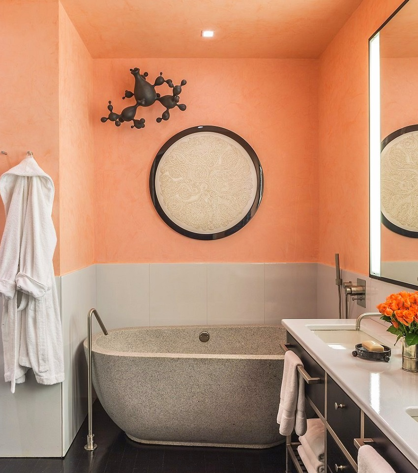Часть стен, окрашенная в персиковый цвет в ванной