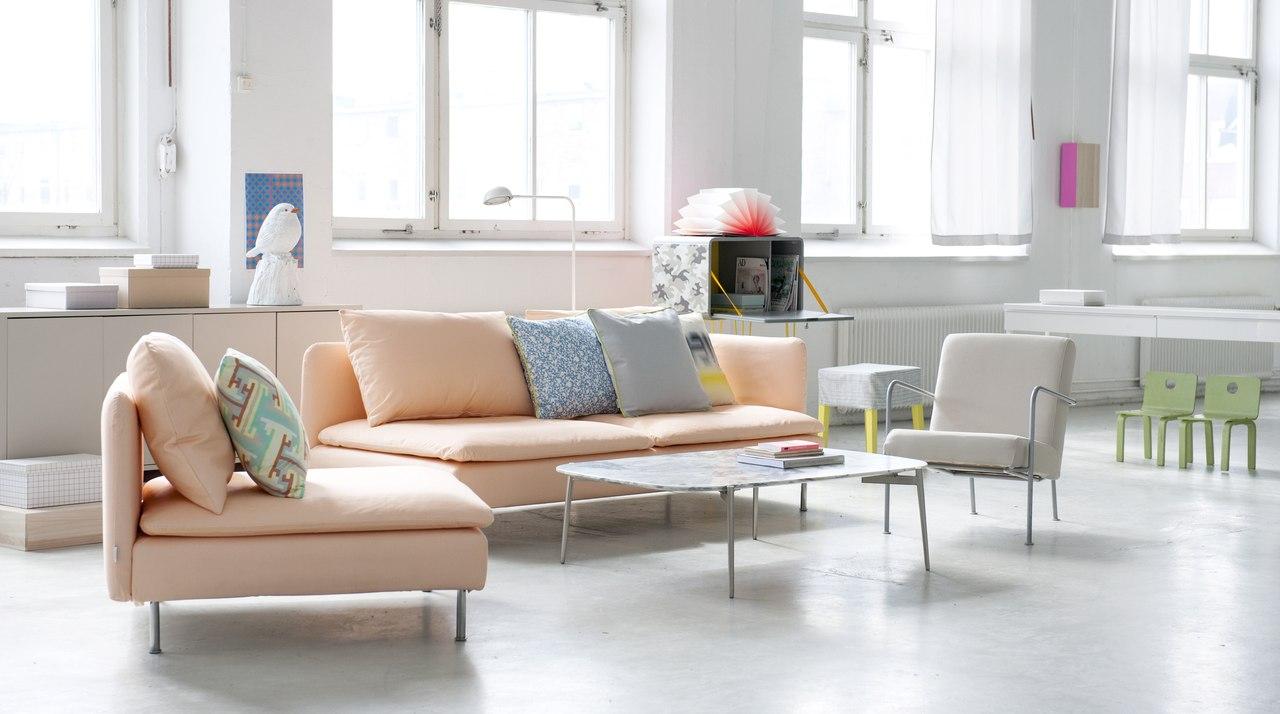 Персиковый диван и кресло в светлом интерьере