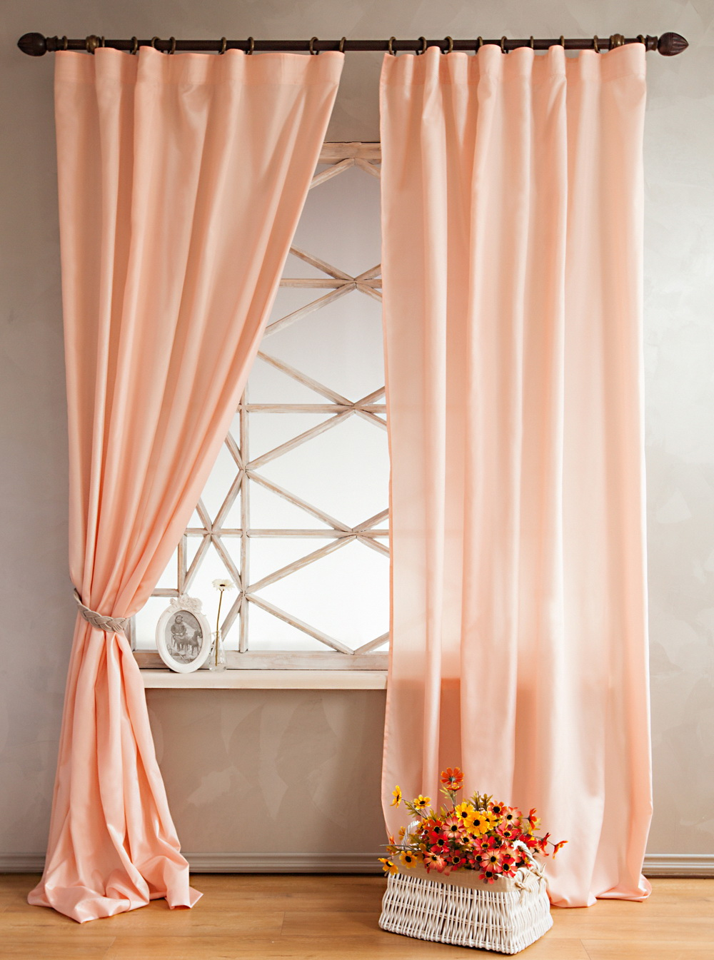 Красивые персиковые шторы в интерьере