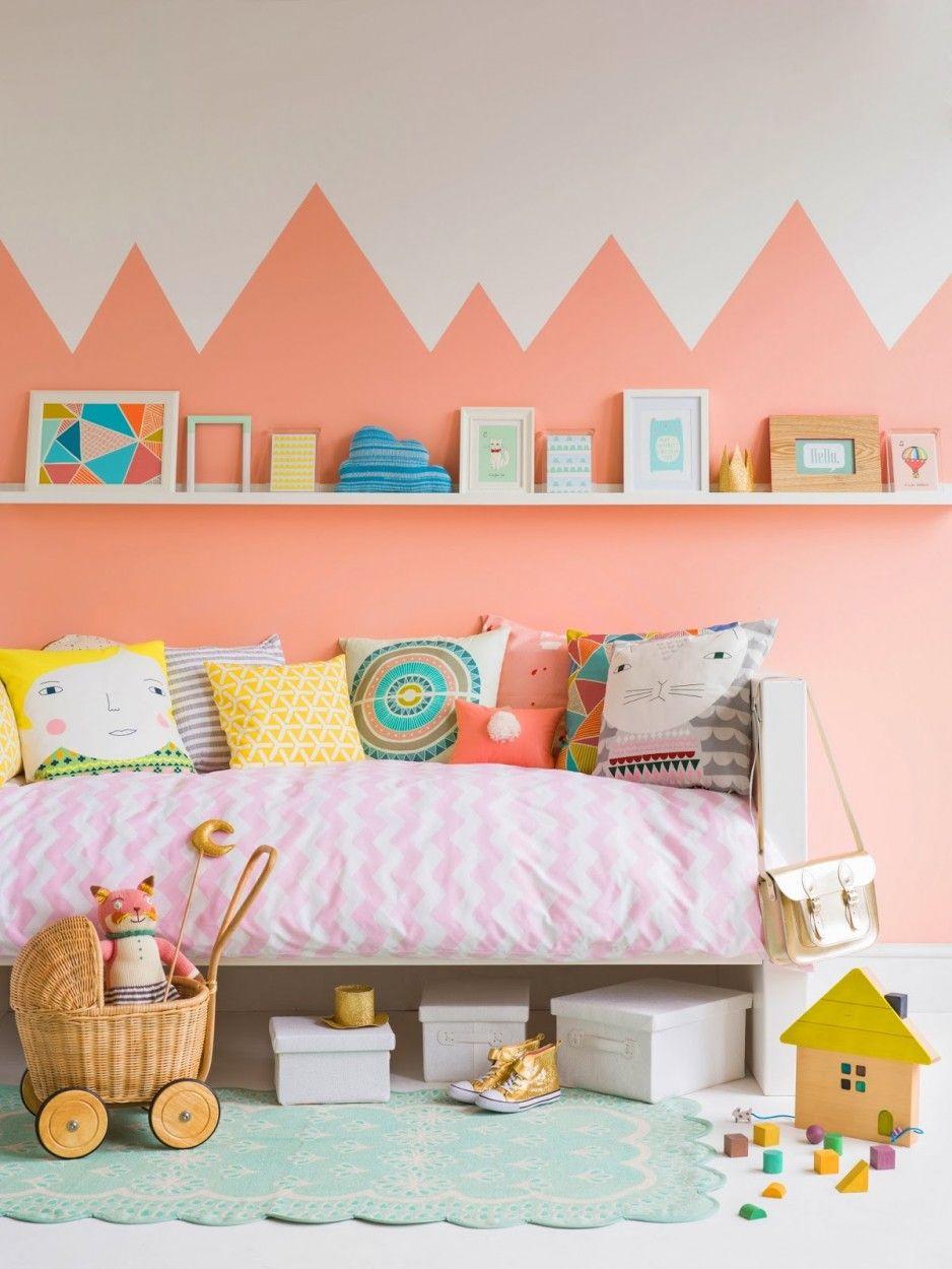 Детская с бело-персиковыми стенами