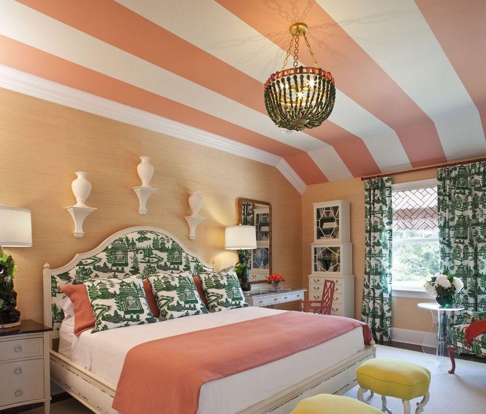 Персиковый, белый, зеленый и бежевый цвета в интерьере спальни
