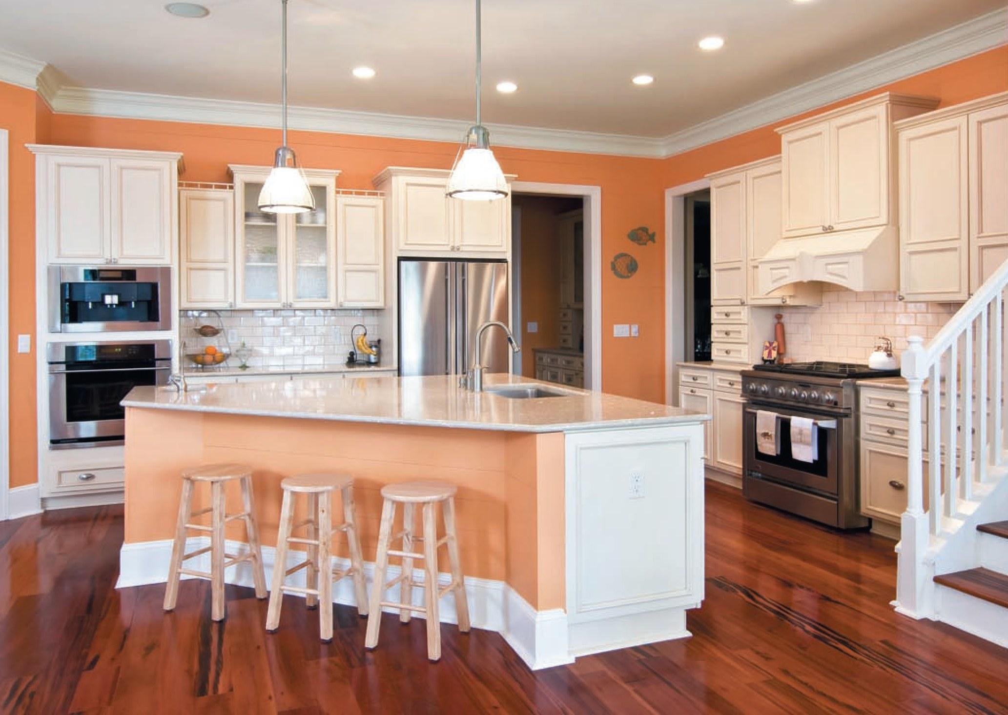 Персиковые стены и часть острова на кухне