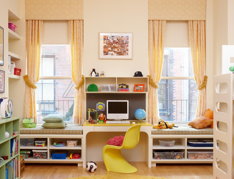 Подоконник-диван-система хранения в детской комнате