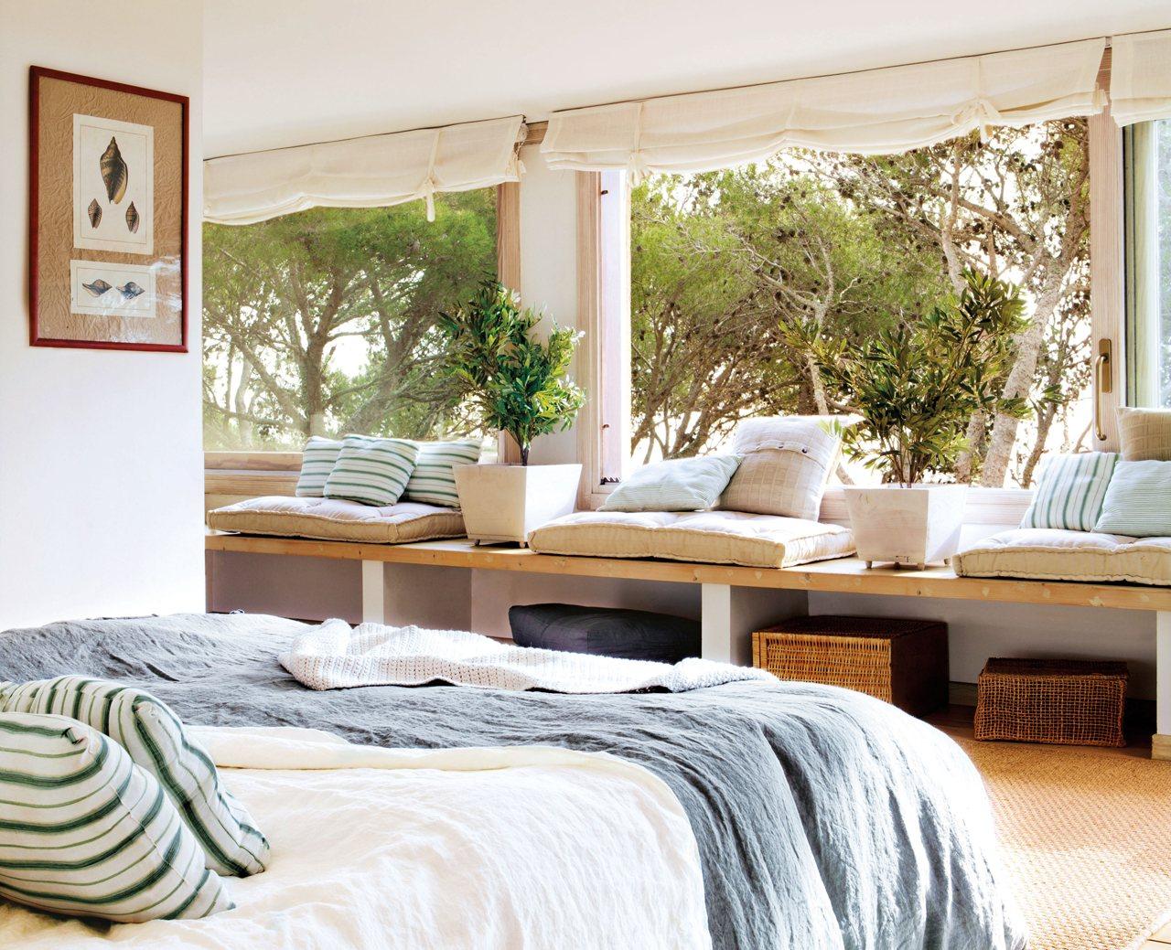 Подоконник–диван-открытая система хранения в спальне