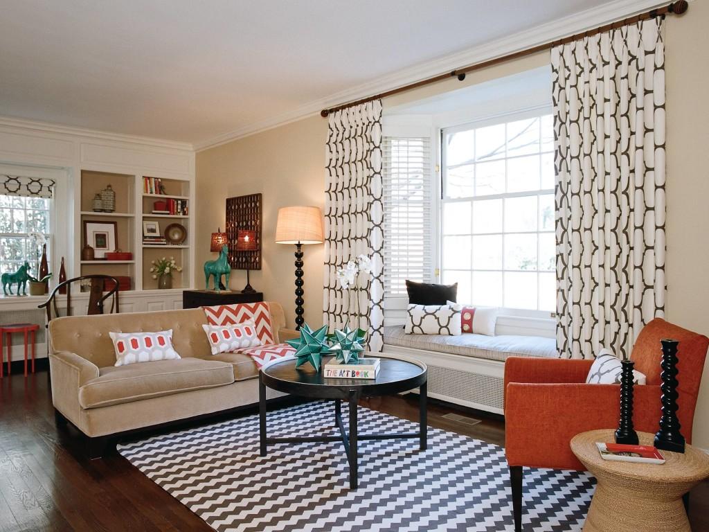 Уютный подоконник-диван в гостиной