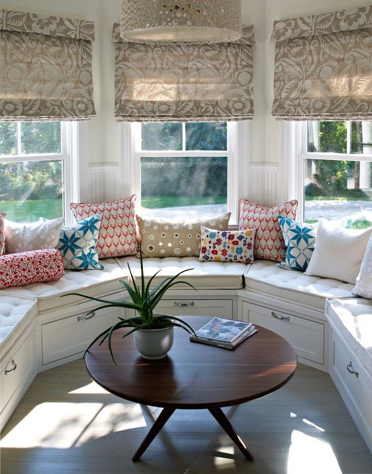 Подоконник-диван в гостиной