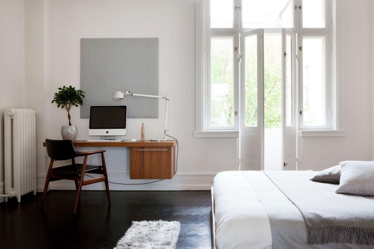 Подвесной стол в спальне с рабочим кабинетом