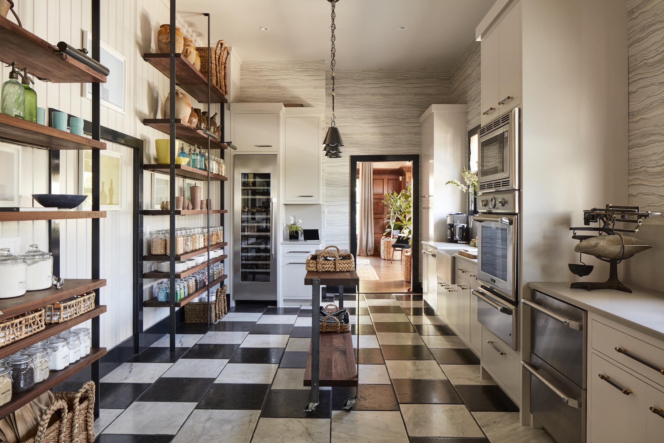Кухня с полками в частном доме