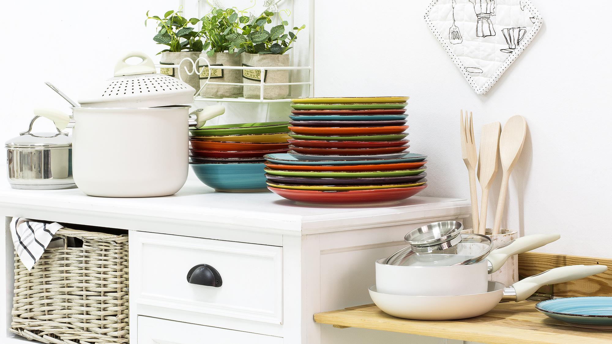 Разноцветная кухонная посуда