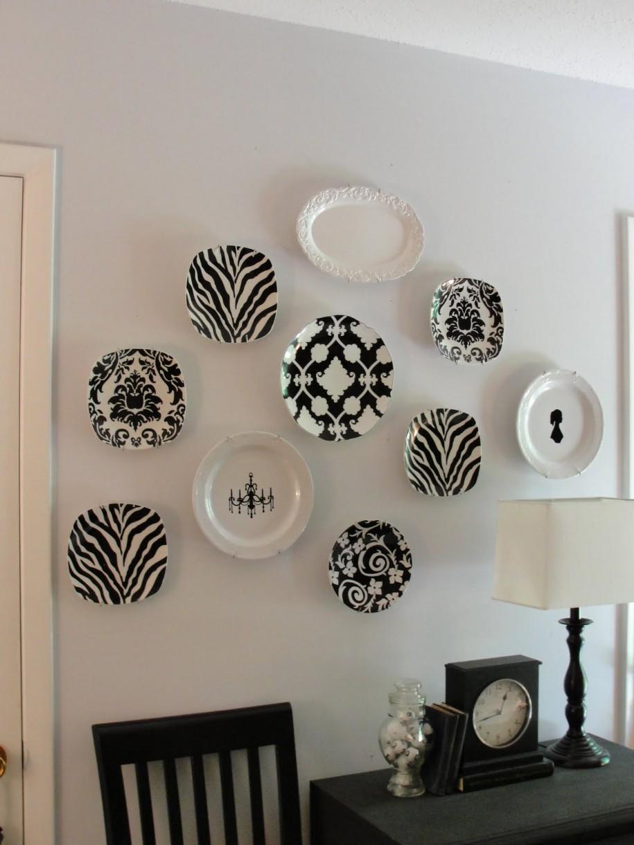 Черно-белые настенные тарелки в интерьере