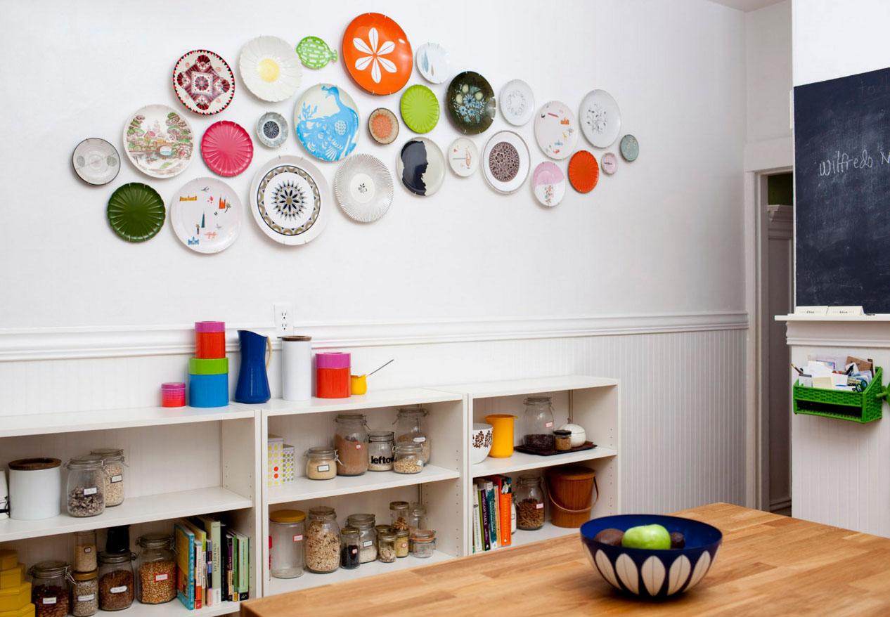 Яркие тарелки на стене в светлой кухне