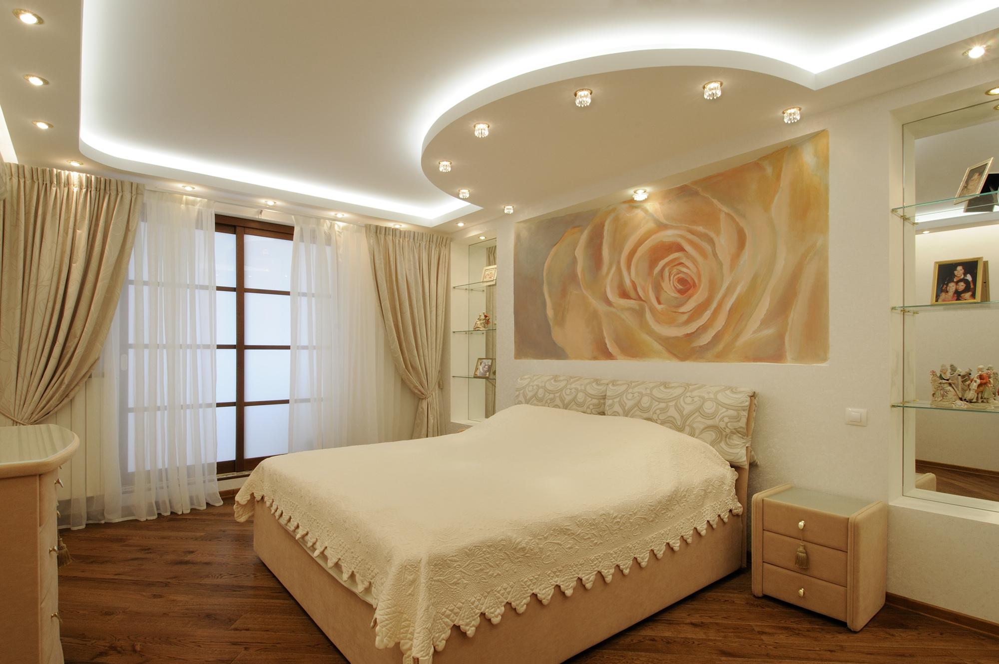 Потолок из гипсокартона с подсветкой и точечным освещением в спальне