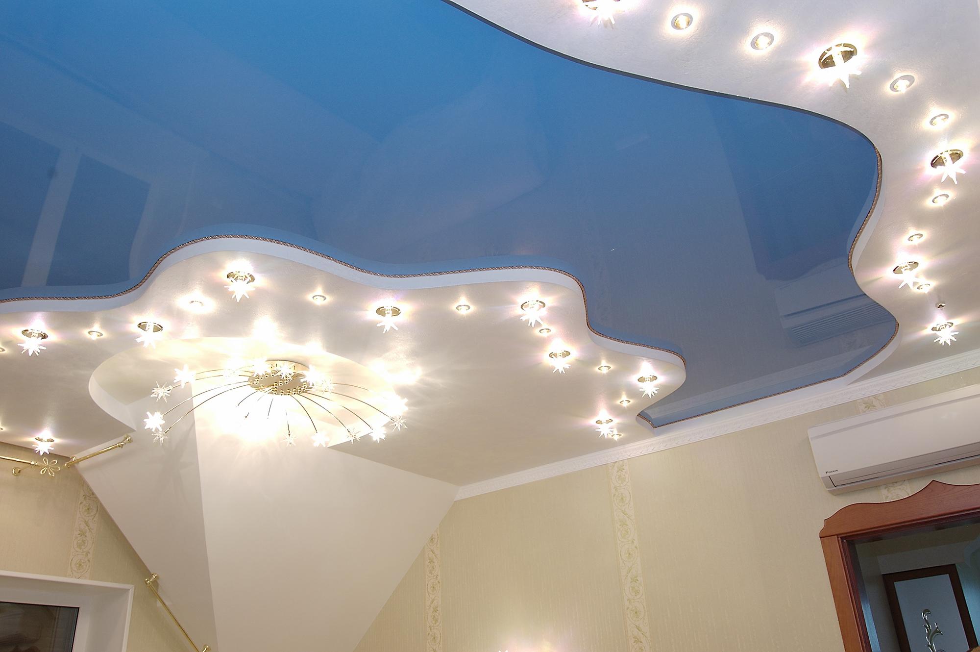 Бело-синий потолок из гипсокартона