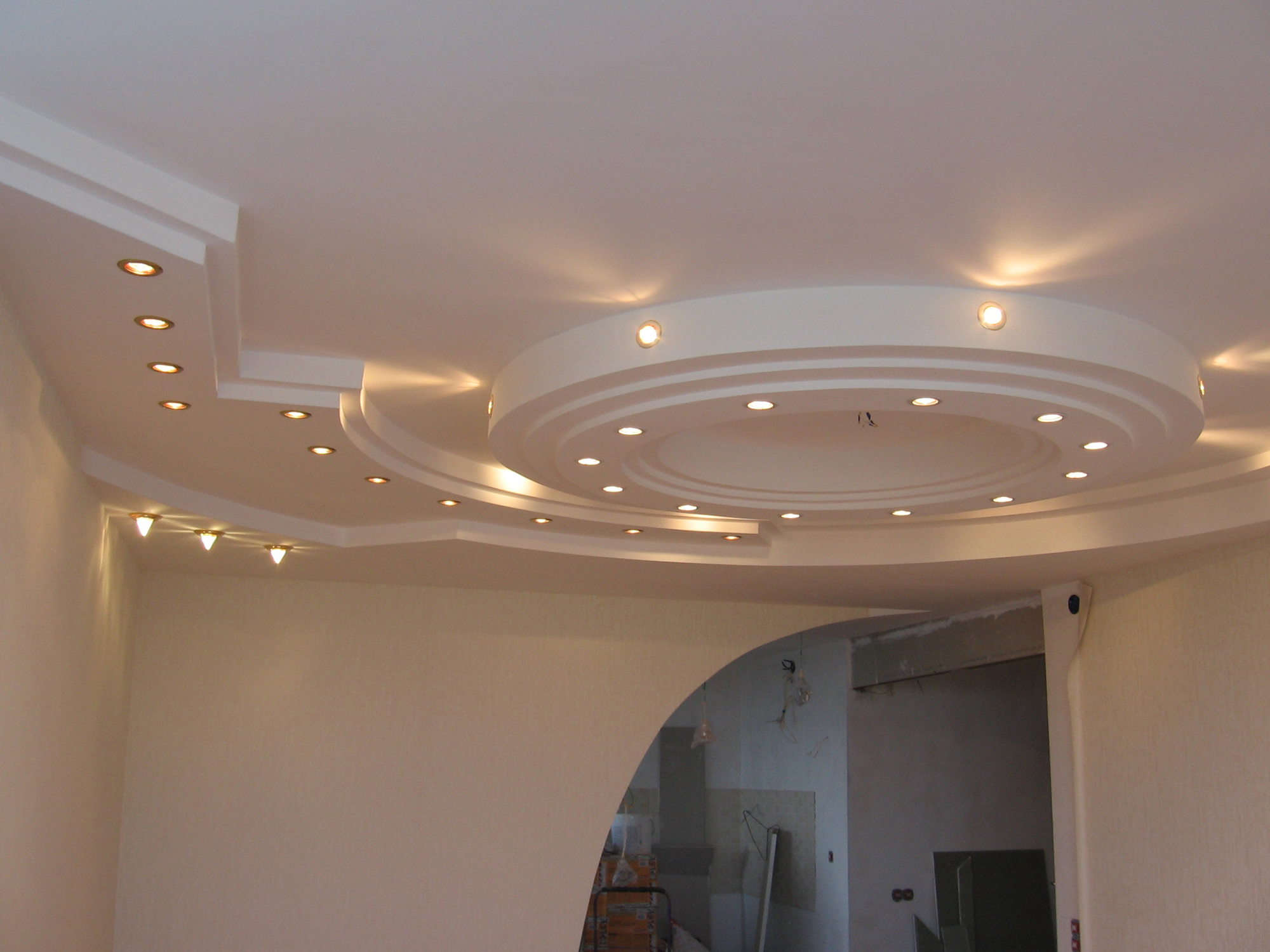 Белый дизайнерский потолок из гипсокартона