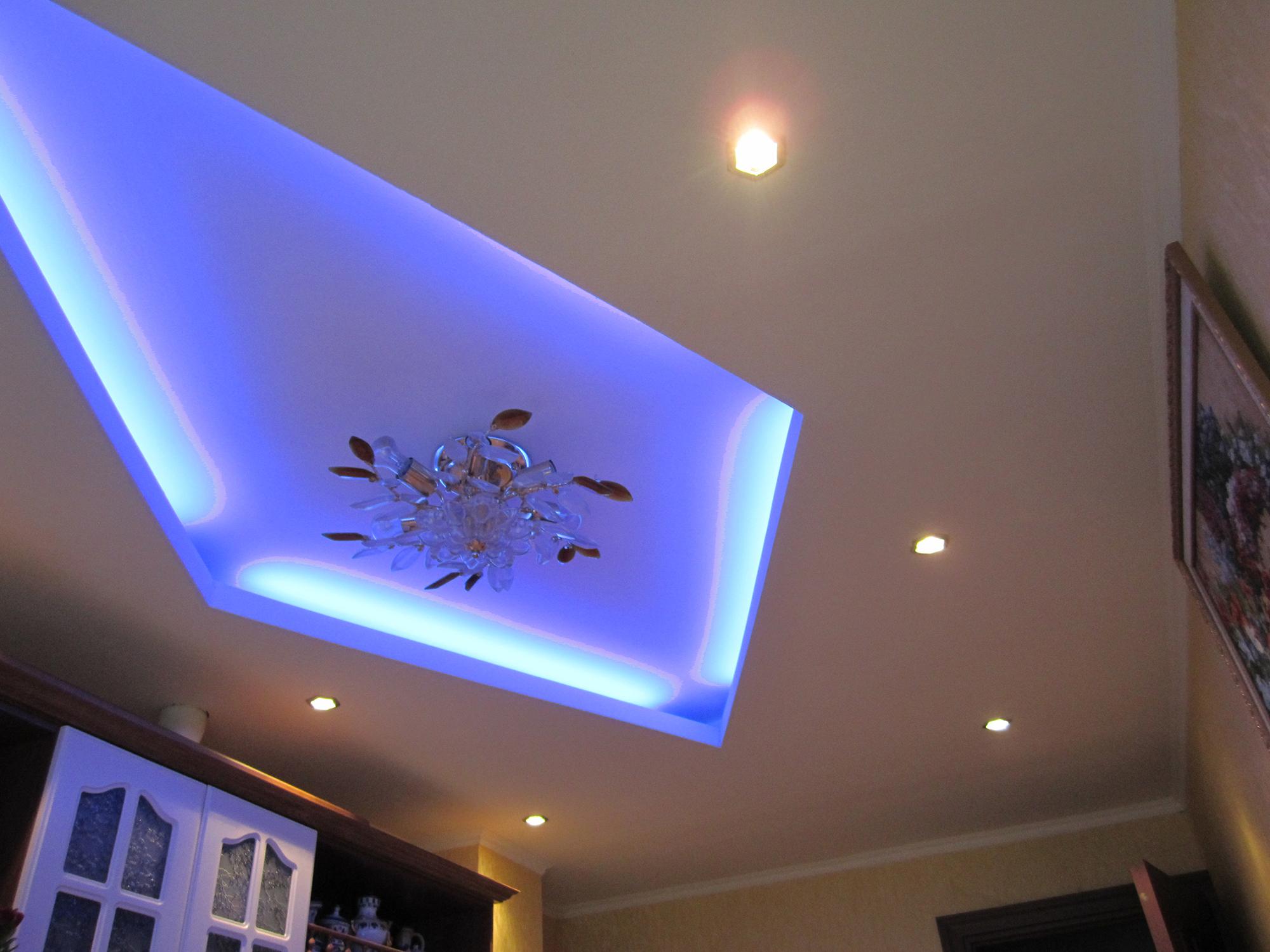 Красивый потолок из гипсокартона с подсветкой, люстрой и точечным освещением