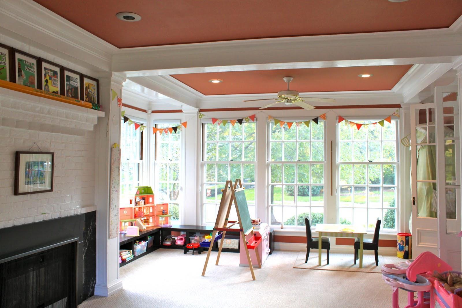 Персиковый цвет потолка в интерьере