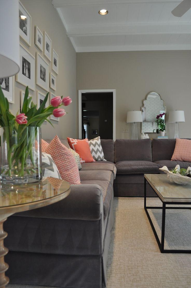 Персиковый цвет подушек в интерьере