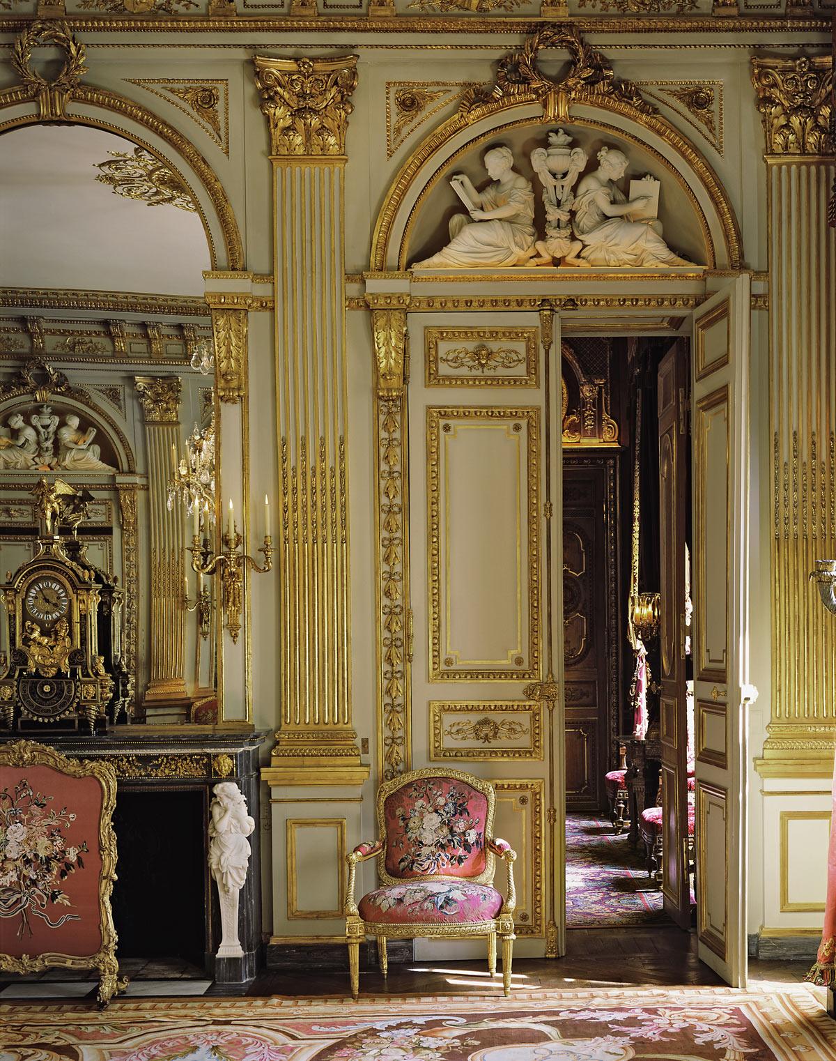 Позолота в гостиной в классическом стиле