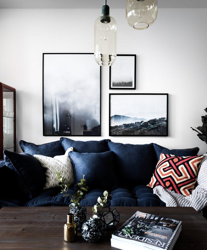 Фотографии в рамке над диваном в интерьере