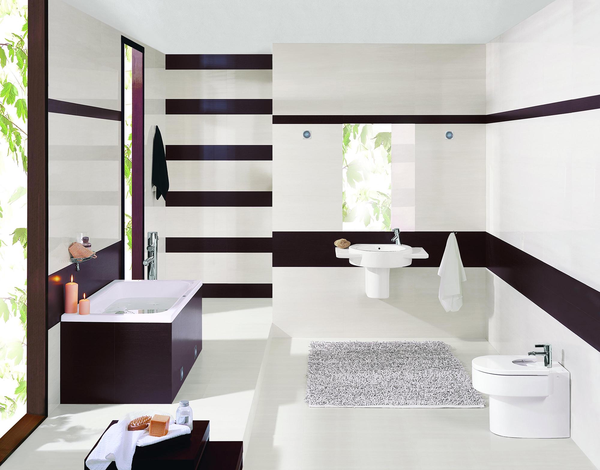 Горизонтальные полосы с помощью плитки в ванной