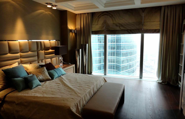 Комбинирование обычных и римских штор в спальне