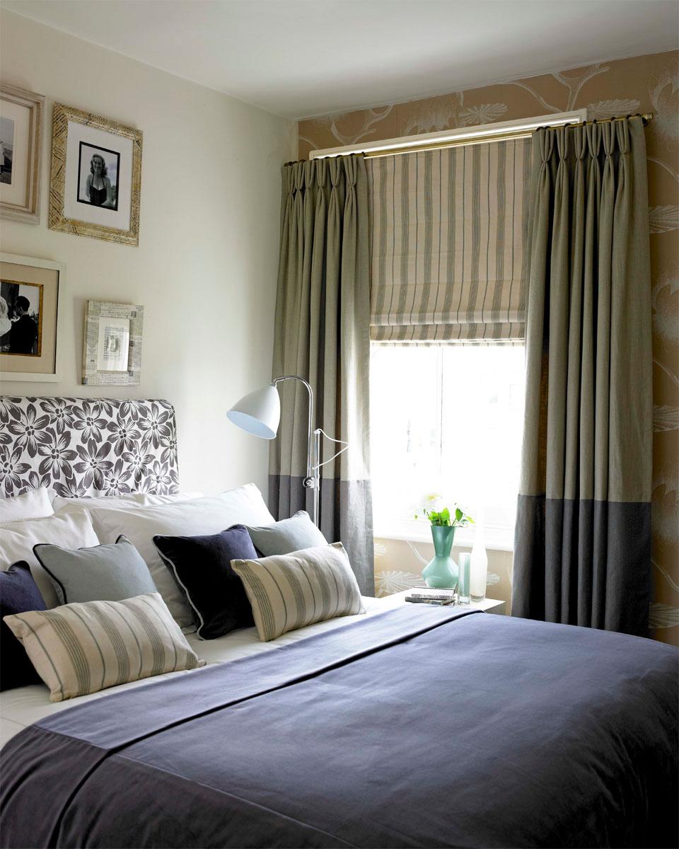 Сочетание обычных и римских штор в спальне