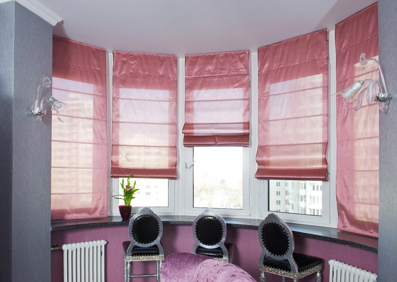 Розовые римские шторы над барной стойкой