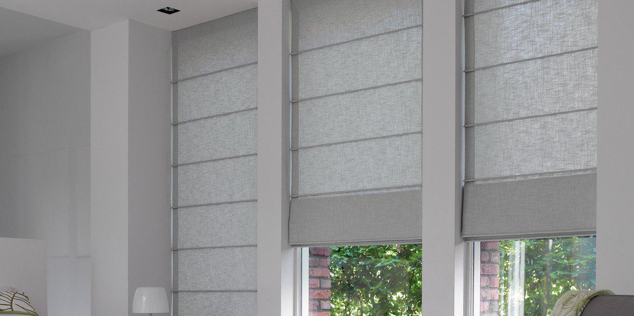 Красивые серые римские шторы в спальне