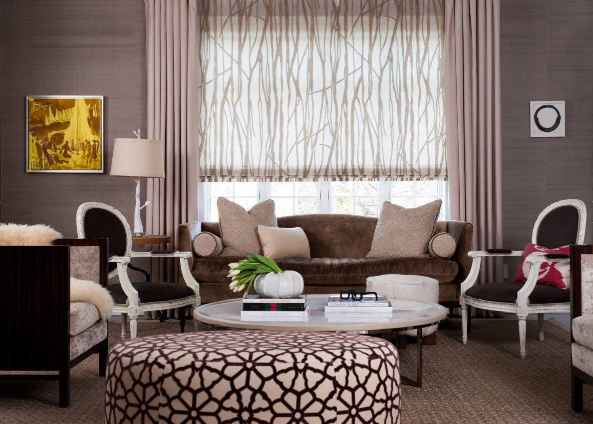 Коричнево-белые римские шторы в гостиной