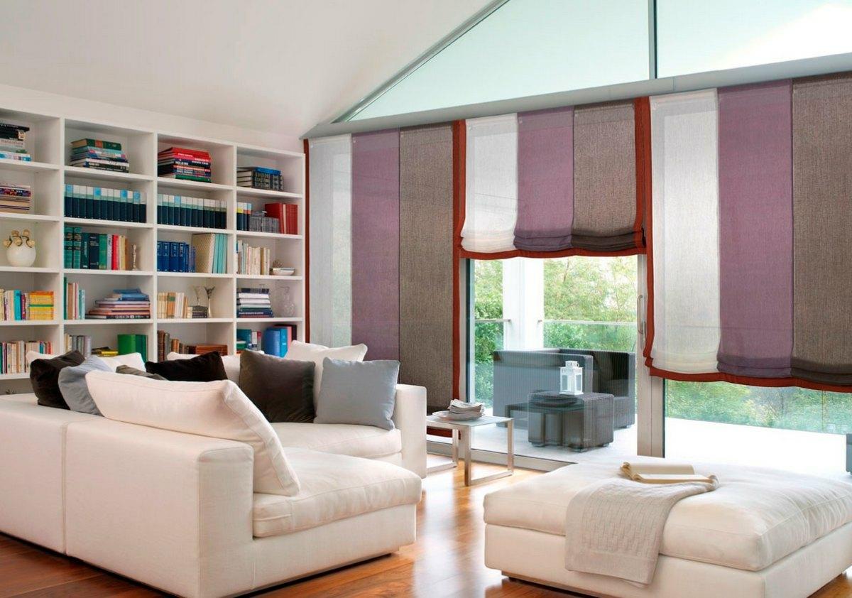 Разноцветные римские шторы в гостиной