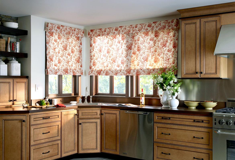 Бело-оранжевые римские шторы на кухне