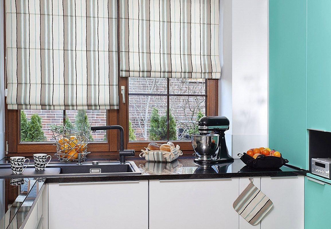 Элегнатные полосатые римские шторы на кухне