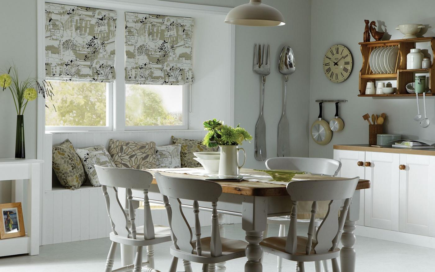 Плотные римские шторы с рисунком на кухне