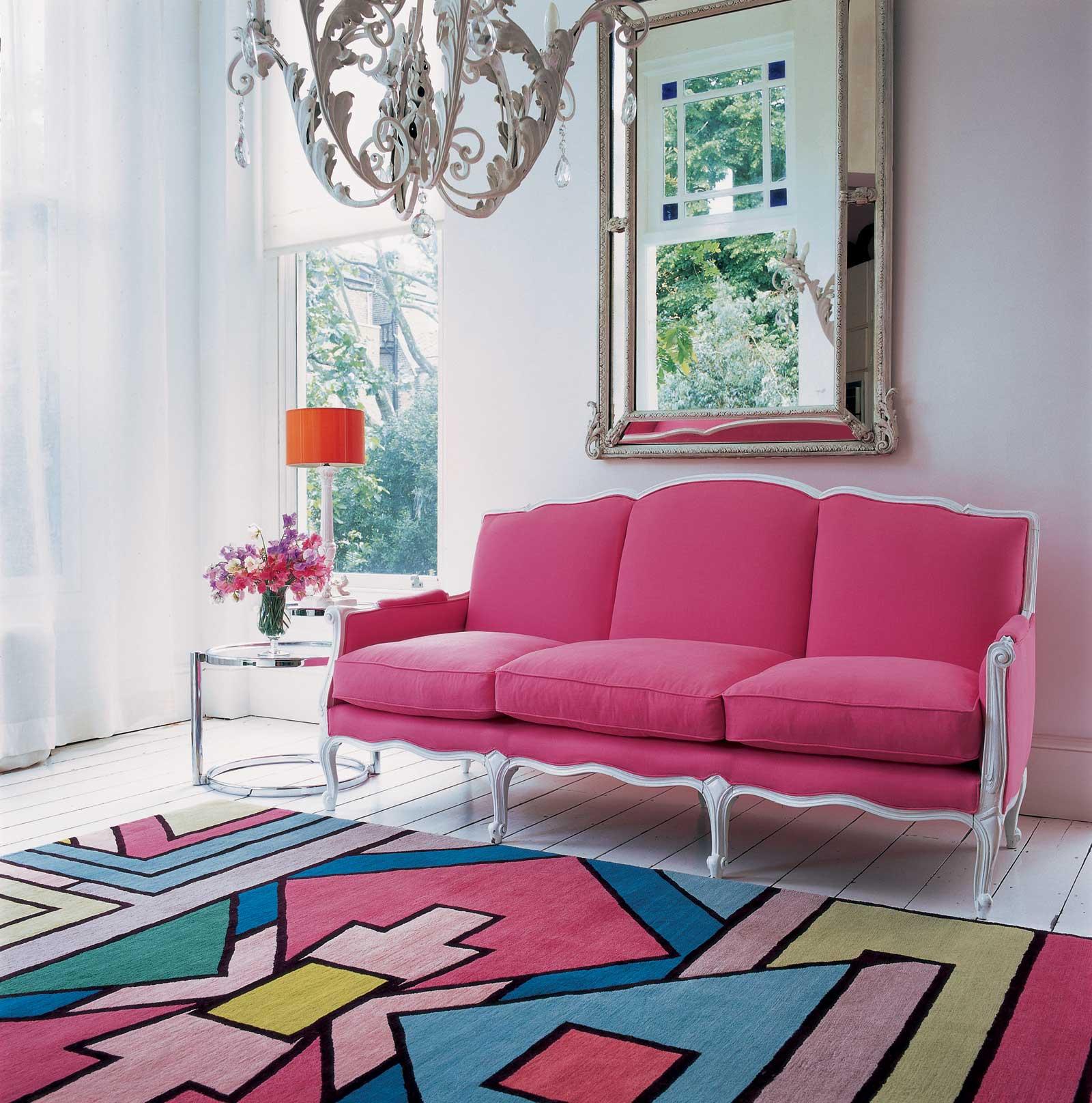 Красивое сочетание розового с другими цветами в гостиной