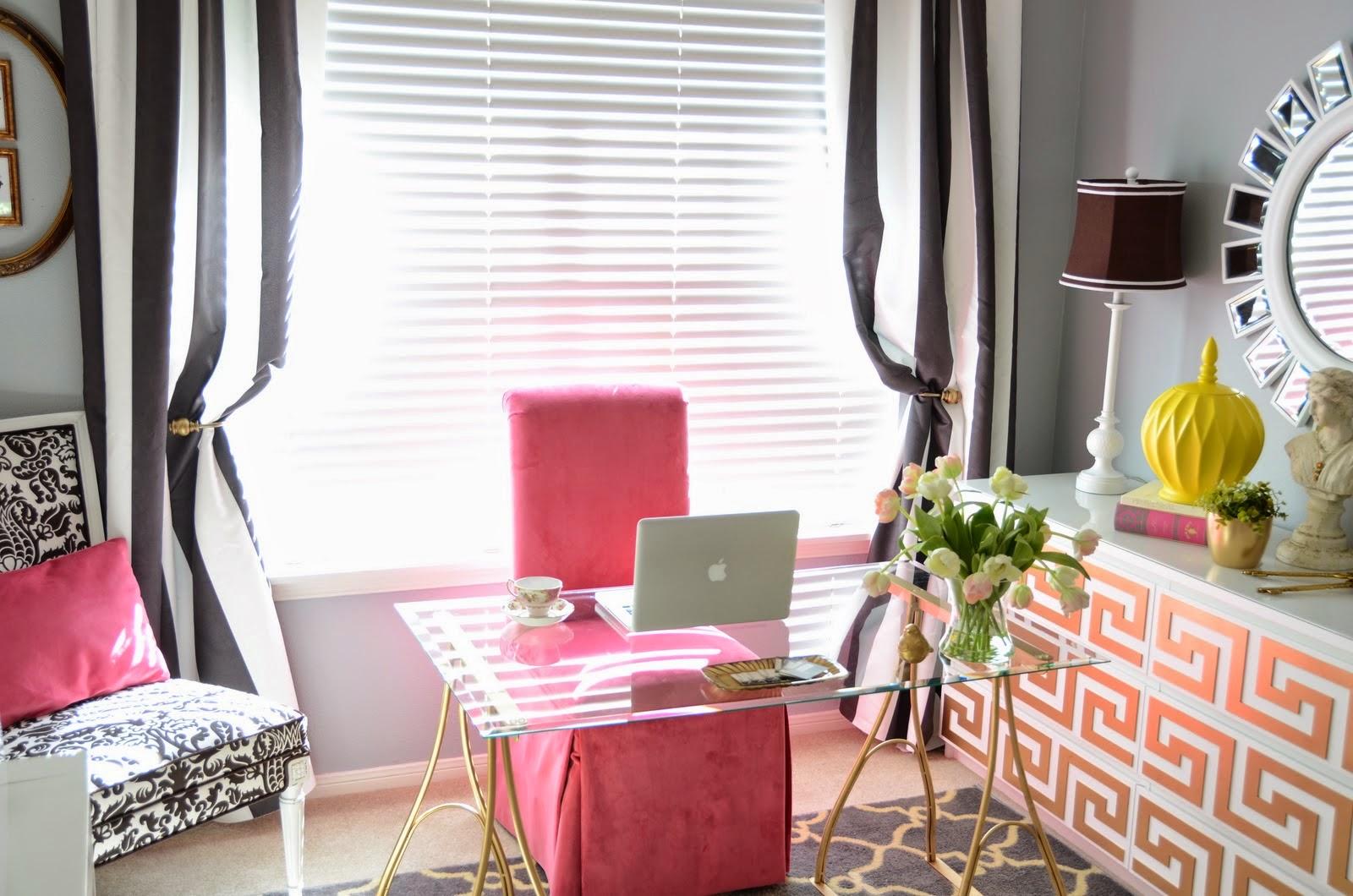 Розовые элементы в кабинете
