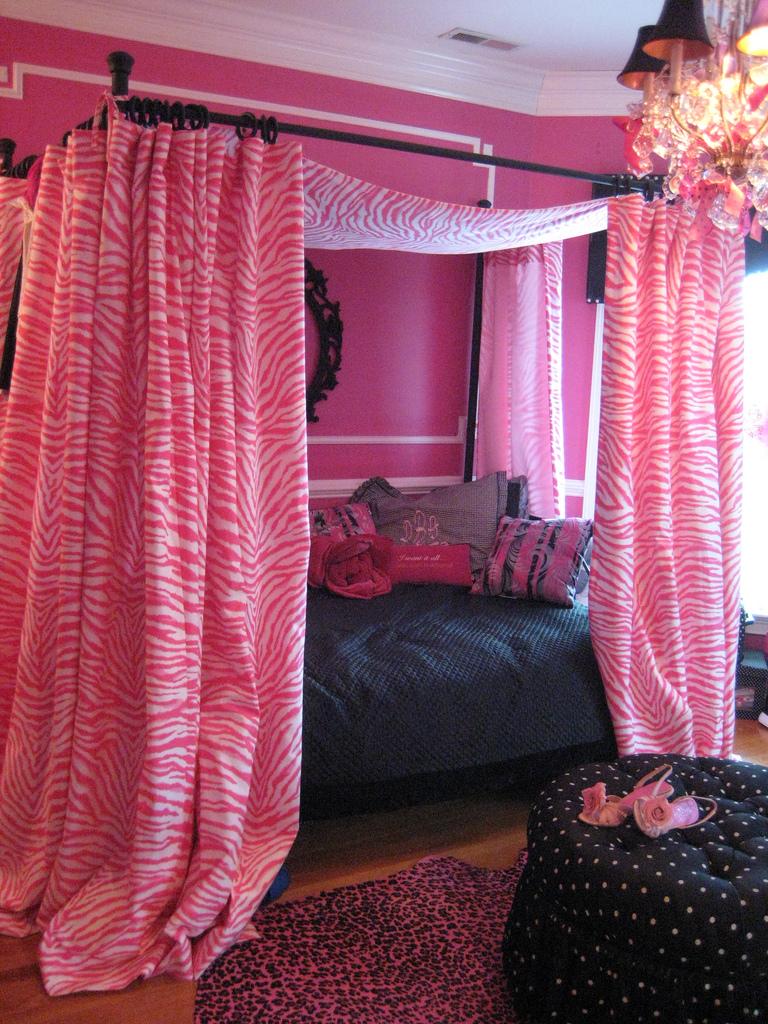 Розовый и черный в спальне