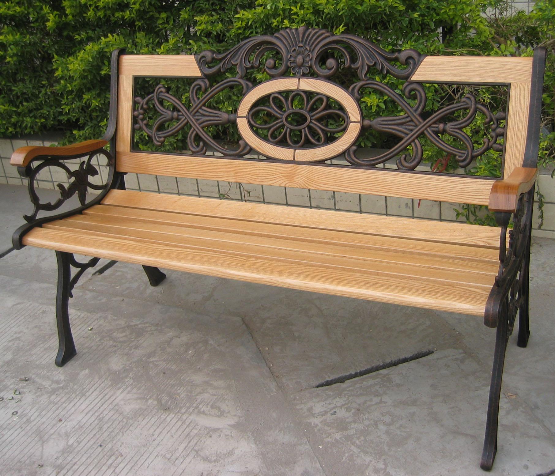 Стильная скамейка из дерева и металла с коваными элементами