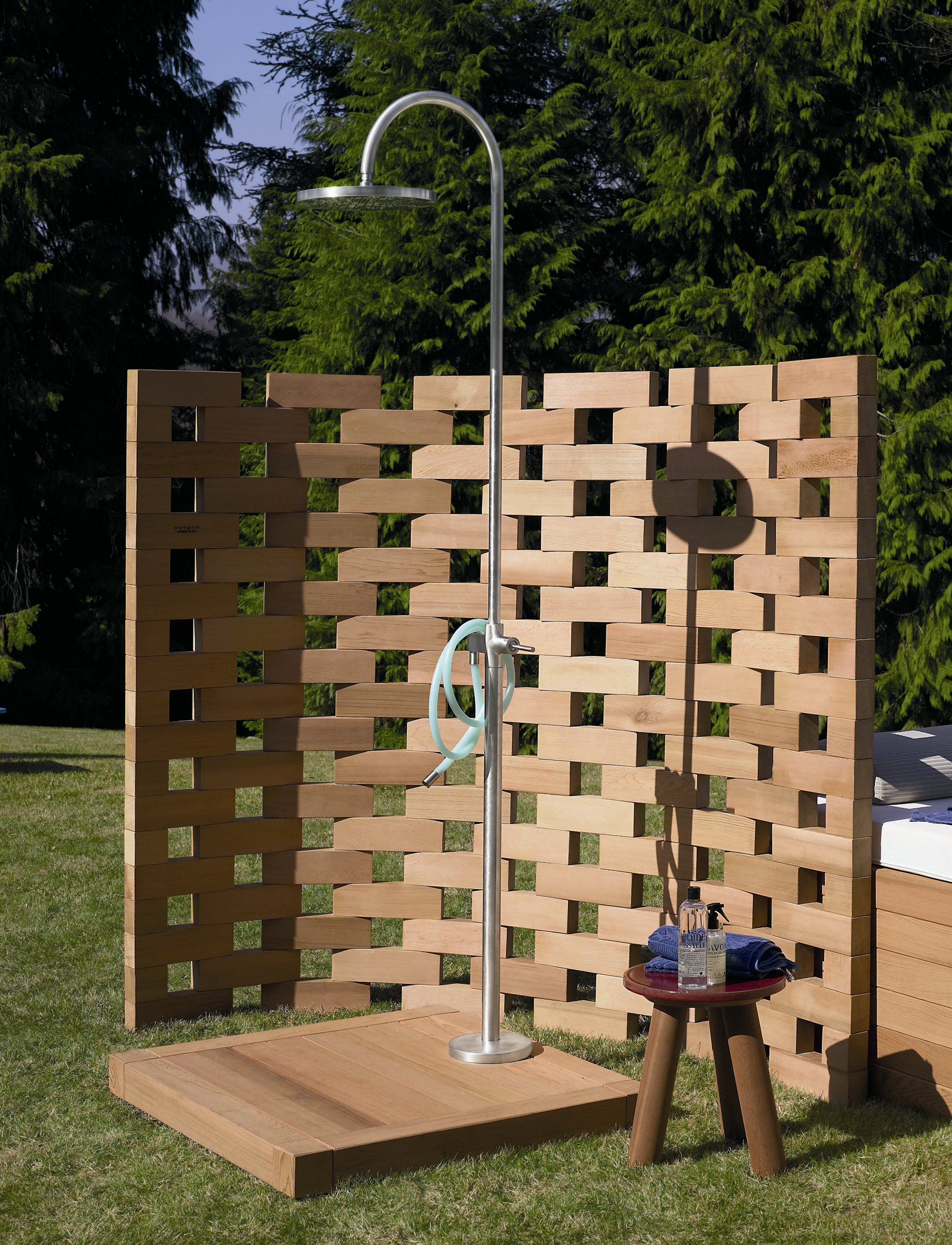 Садовый душ с декоративной ширмой