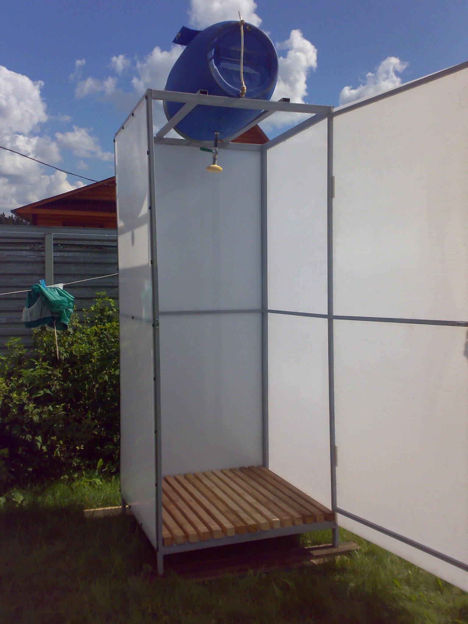 Душевая кабина на участке из металла и поликарбоната