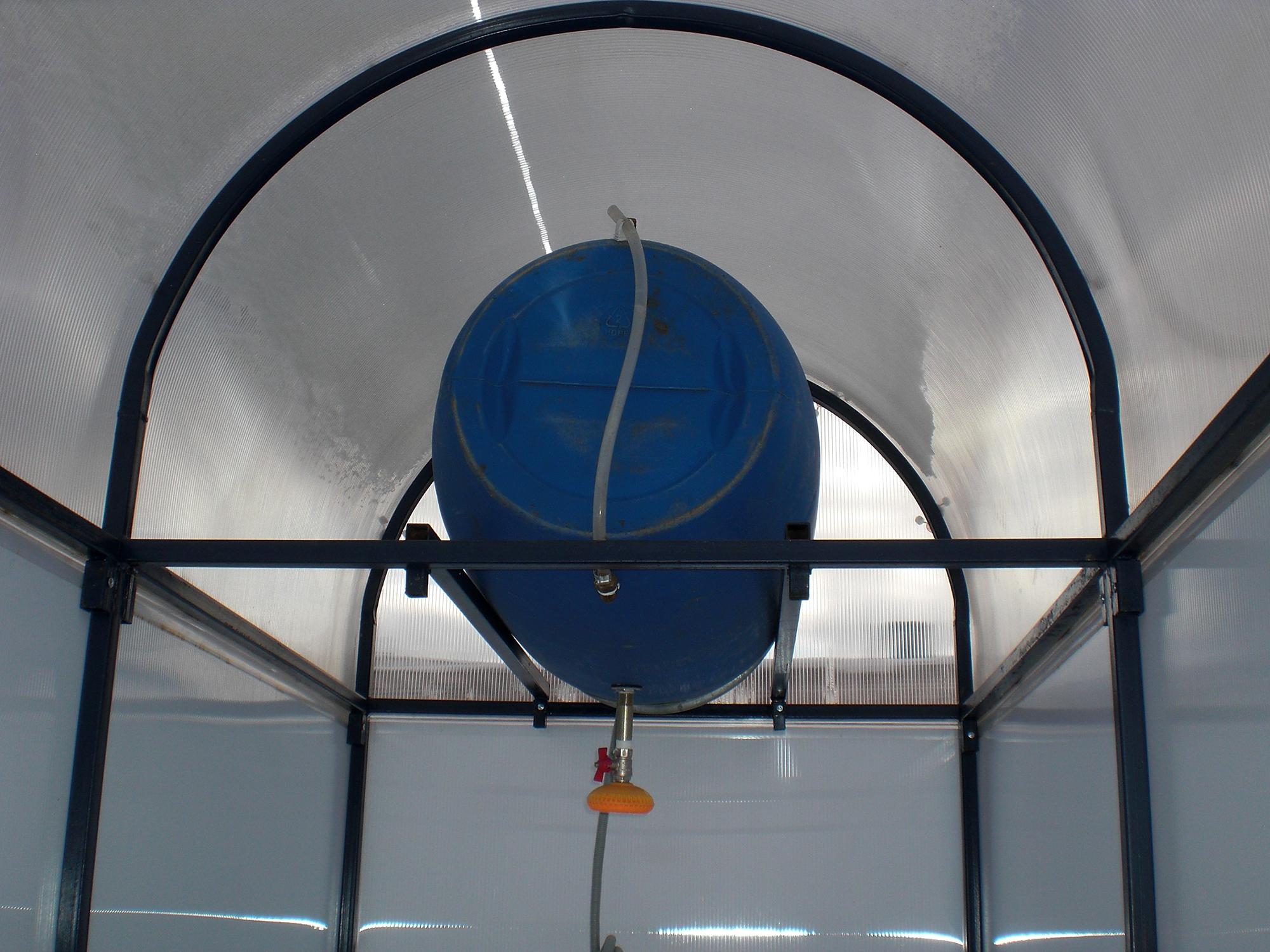 Бак для воды внутри душевой на участке