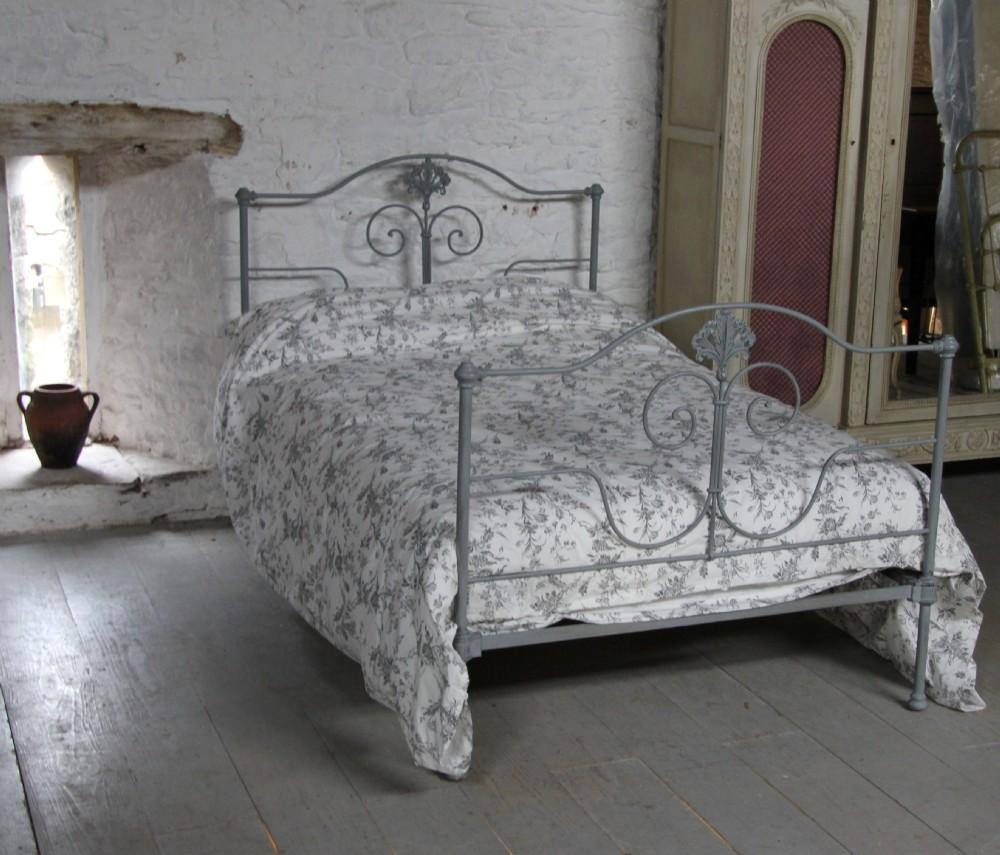 Кованая кровать серая