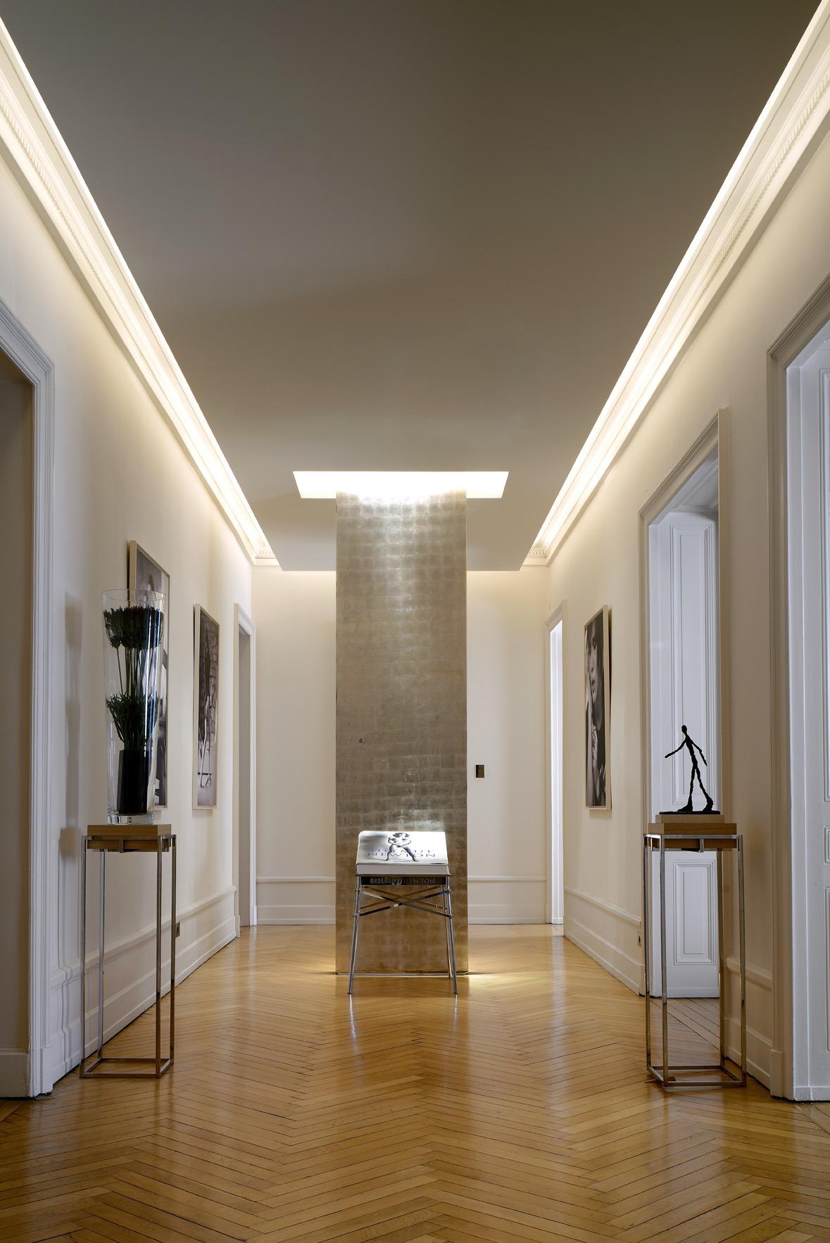 Серебряная колонна в интерьере