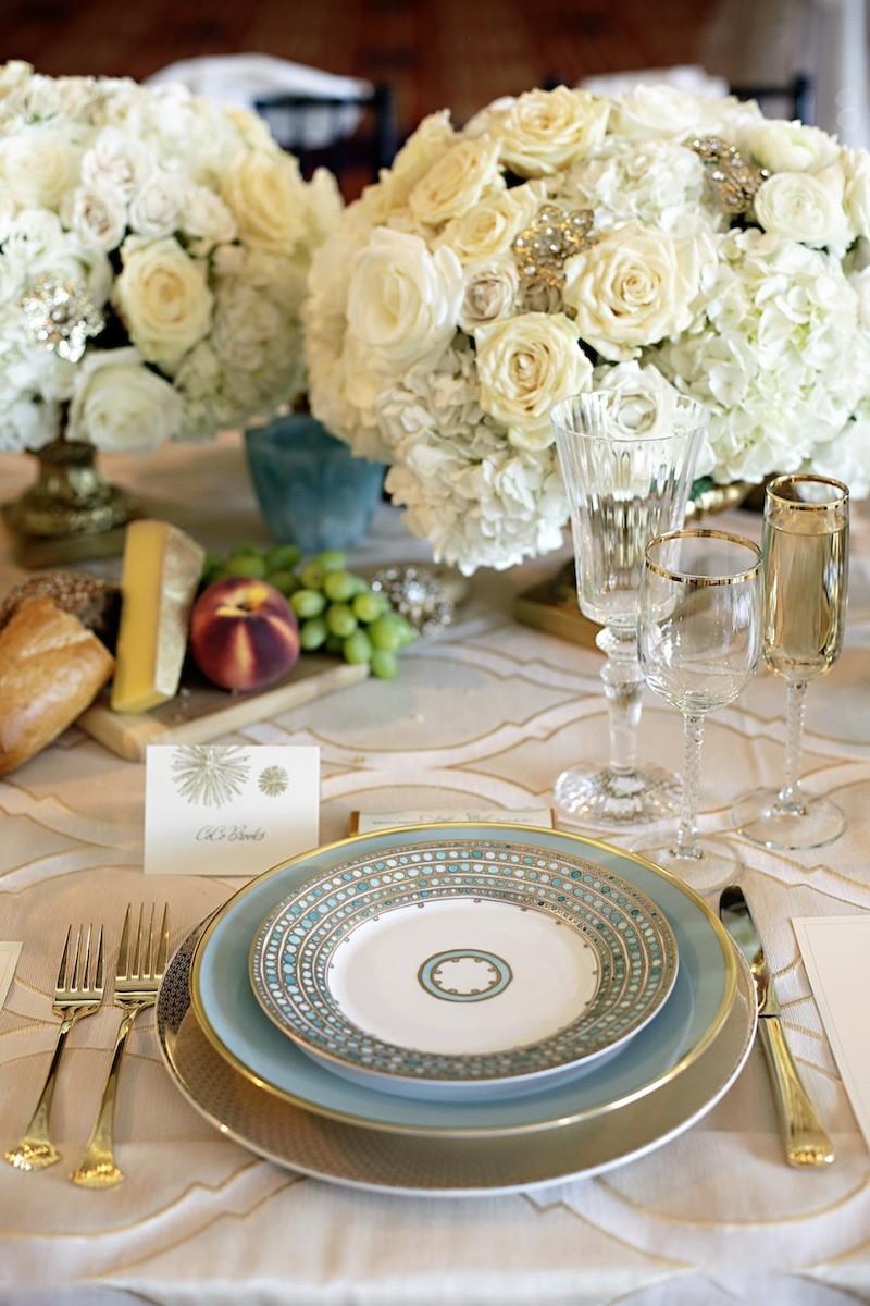 Сервировка свадебного стола в бежево-белых тонах