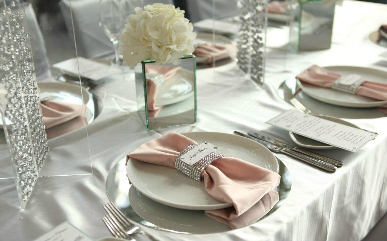 Современная сервировка свадебного стола в белых тонах