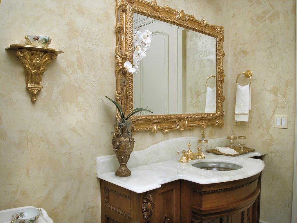 Бежево-золотистая штукатурка в ванной комнате