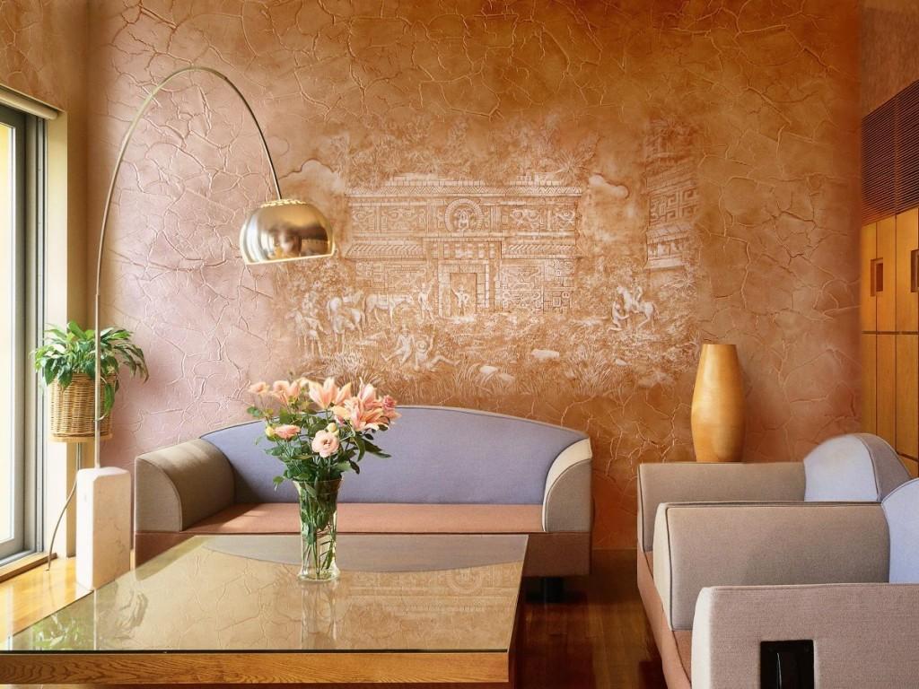 Золотисто-коричневая штукатурка в гостиной