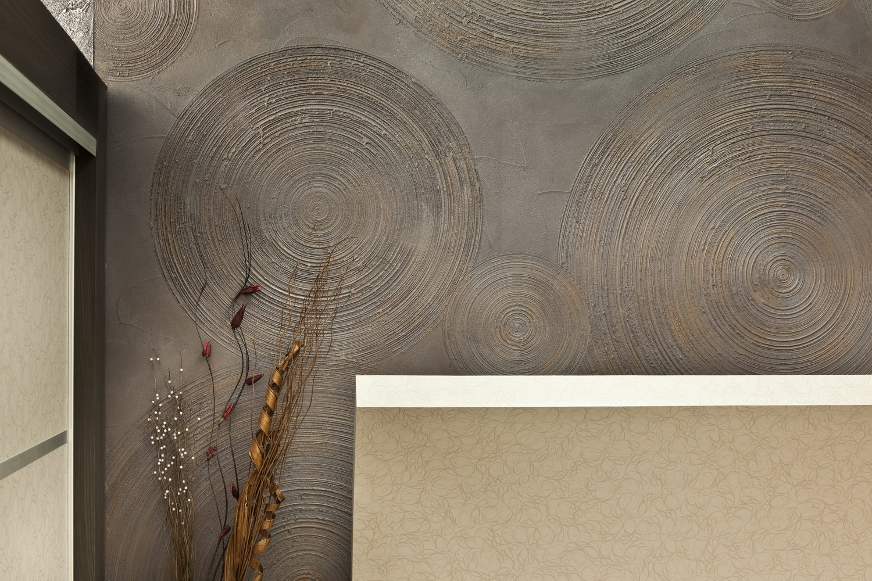 Серо-коричневая штукатурка в интерьере