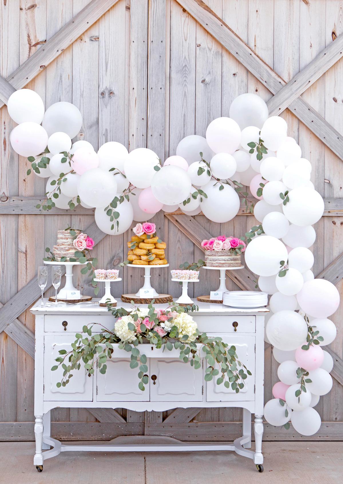 Сервировка стола со сладостями
