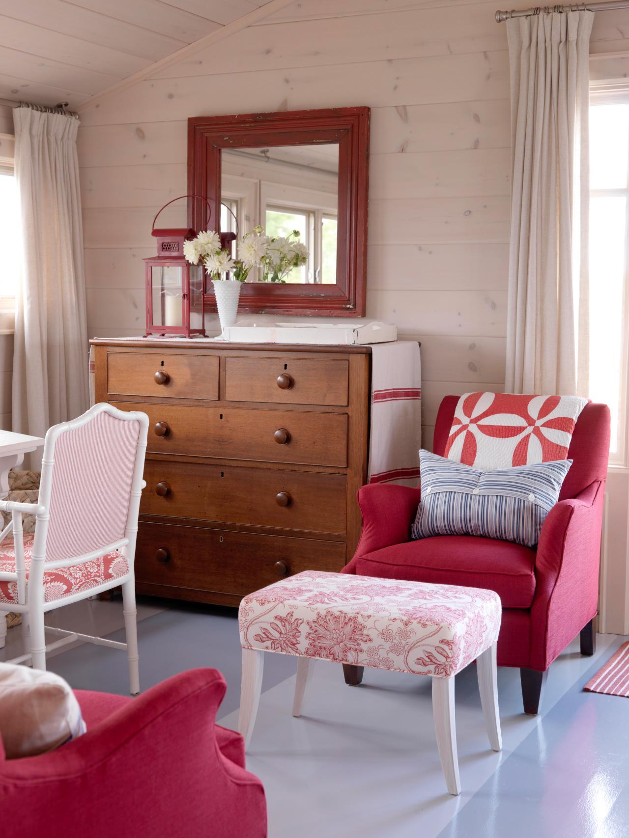 Красный, бежевый, серый и белый цвета в гостиной