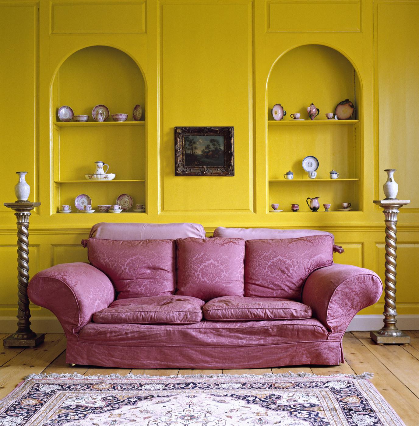 Сочетание розового и желтого в гостиной